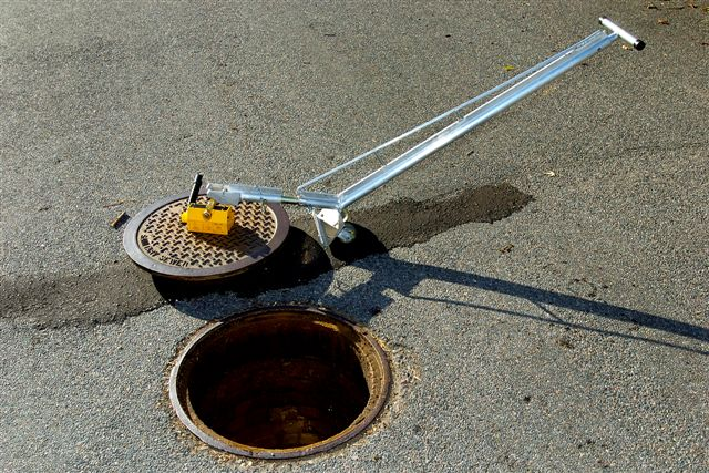 Manhole cover lifter small wheels magnet